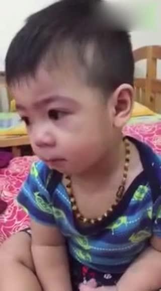 大眼睛小男孩做错事被妈妈训